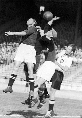 Fußballweltmeisterschaft 1938: Deutschland gegen Schweiz (1:1) im Prinzenparkstadion. Paris