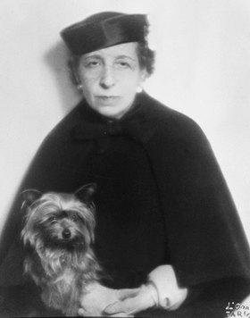 """Madame d' Ora: Dora Kallmus (Madame d'Ora) mit ihrem Hund """"Miss Penny"""""""