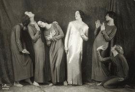Madame d' Ora: Die Tänzerin Mary Wigman mit ihrer Truppe