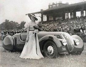 Frau mit ihrem Automobil bei einer Automobil Schönheitskonkurrenz. Paris, Frankreich