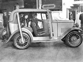 Frauen sitzen in einem Automobil auf der Olympia Motormesse. Photographie. London, England