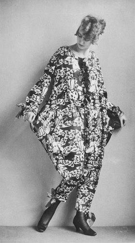 """Madame d' Ora: Pyjama aus dem Wiener Werkstätte Stoff """"Hesperidenfrucht"""" entworfen von Dagobert Peche"""