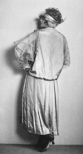 Madame d' Ora: Kostüm aus der Wiener Werkstätte