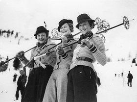 Drei Besucherinnen in St. Morit, Schweiz. Fotografie