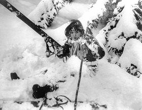 Die amerikanische Schauspielerin Helen Kane versucht sich im Skifahren 1931. Lake Placid, USA, Fotografie