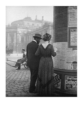 Emil Mayer: Theaterprogrammstudium vor einer Litfaßsäule direkt gegenüber dem Burgtheater, Wien, Oktober