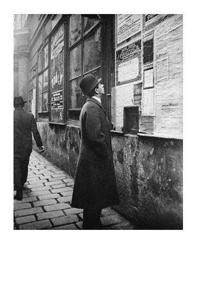 Emil Mayer: Vor dem Anschlagbrett, Wien