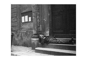 Emil Mayer: Strotter vor der Salvatorkirche in I., Salvatorgasse, Wien