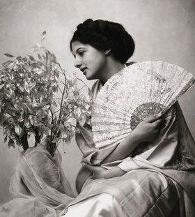 Madame d' Ora: Hedde von Gutmann mit Kimono und Fächer. Wien