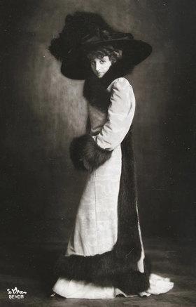 Madame d' Ora: Frau Schubart-Stern. Photographie von Madame d'Ora. Wien
