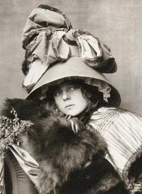 Madame d' Ora: Hutentwurf vom Maler Krieser, 21. Oktober 1910. Photographie von Madame d'Ora, Wien