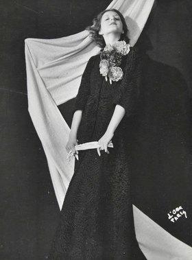 Madame d' Ora: Ein Abendmantel aus schwarzem Astrachan. Modell: Mainbocher. Um 1937. Photographie von Madame d'Ora Paris