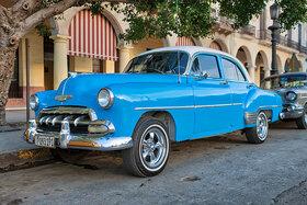 Hellblauer Chevrolet in Havanna