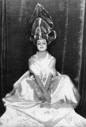 Madame d' Ora: Die Tänzerin Maria Ley-Piscator als chinesisches Tanzmädchen verkleidet