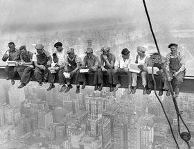 Lewis W. Hine: Arbeiter bei der Frühstückspause auf dem Gerüst eines Wolkenkratzers in New York (Rockefeller-Center)