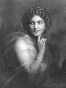 """Madame d' Ora: Margret Thumann-Miller, Schauspielerin mit einem Chiffonkleid, erschienen in """"Die Dame"""""""
