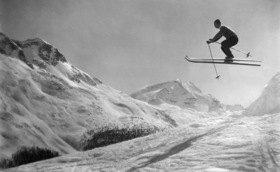 Skifahrer beim Sprung, um 1928winterlandschaft schnee hochgebirge