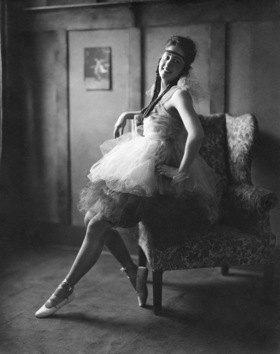 Balletttaenzerin in einem Tutu; Erschienen in 'Die Dame'