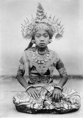 Gebrüder Haeckel: Indonesien: Taenzerin aus Bali in ihrem kostbaren Kostuem