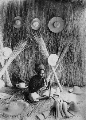 Gebrüder Haeckel: Indonesien, Panamahut, Javanischer Hutmacher beim Spalten der Palmblaetter