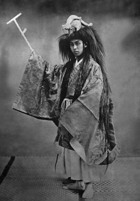 Karl Gampenrieder: Portrait eines Ono-Tänzers in vollem Schmuck. 1910 - 1914- in den Jahren 1910-1914<english>: population/tradition+customs - japanese dancer  (Ono-dancer) (date photo probably in the 1910 years) </english>