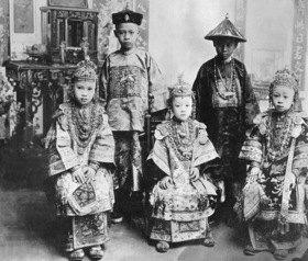 Gebrüder Haeckel: China: Kinder in Neujahrsanzuegen, welche die Kinder auch zur Hochzeit tragen