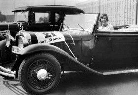 Baronin von Pairebrune in ihrem Wagen