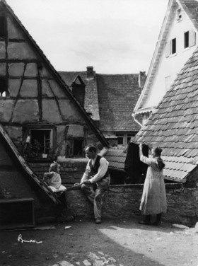 Deutsches Reich - Wuerttemberg Freistaat (Free State) (1918-) - Bad Wimpfen: eine Familie auf dem Dache ihres Wohnhauses, die Mutter haengt Waesche auf und der Vater unterhaelt sich it seiner Tochter -  Aufnahme: Atelier Binder
