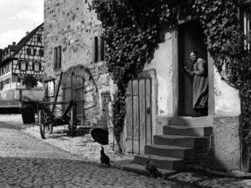 Bad Wimpfen: eine alte Frau schaut aus ihrer Haustuer