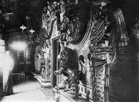 Gebrüder Haeckel: Eingang eines Tempels in Colombo. vermutlich Figur mit Emaille ueberzogen (Koerperemail)um 1910er Jahre