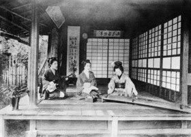 Gebrüder Haeckel: Asien, Japan: Konzert im Teehaus. Die rechte Geisha spielt auf dem Koto.' (Originaltext)Das Koto, eine mit Seide bespannte Woelbbrett-Zither, ist ein japanisches Musikinstrument, das auf der chinesischen Guzheng basiert. Die linke Geisha spielt auf einer