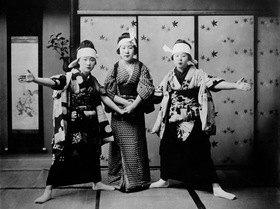 Gebrüder Haeckel: Asien, Japan: 'Japanerinnen beim Tanzen des Katsuholas (?), eines der verschiedenen Nationaltaenze der Japaner.' (Originaltext) - undatiert, vermutlich um 1910er Jahre- Aufnahme: HaeckelOriginalaufnahme im Archiv von ullstein bild<english> Asia