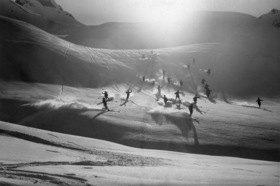 Eine Gruppe an Skifahreren bei der Abfahrt in den Bayerischen Alpen
