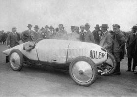 Adler-Rennwagen mit Alfred Koellner am Steuer