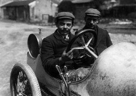 Le Mans,  Rennfahrer mit seinem Rennwagen auf dem Weg zur Rennstrecke