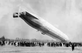 Zeppelin auf dem Flugplatz