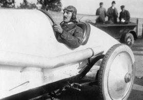 Rennfahrer Irion in seinem Adler-Rennwagen