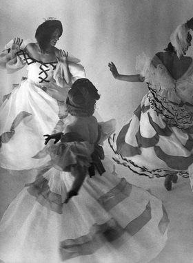 Martin Munkásci: Tanzschule Gsovsky in Berlin, Tanzschuelerinnen beim Wiener Walzer