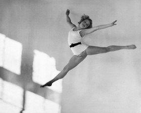 Martin Munkásci: Tanzschule Gsovsky in Berlin - die Solotänzerin Vera Mahlke bei einem Sprung, Veröffentlicht in Dame