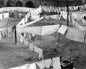 Martin Munkásci: Zum Trocknen aufgehängte Wäsche in einem Hof in Jerusale