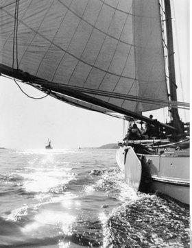 """Die Bojer - Yacht """"Alcedo"""" mit Seglern auf einer Tour"""