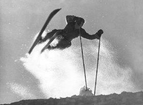 Skifahrer beim Quersprung