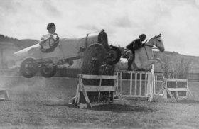 Wettspringen zwischen Pferd und Auto