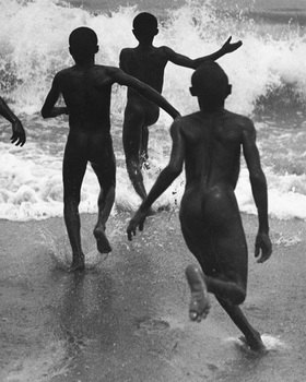 Martin Munkásci: Liberoa, children running into the sea, publisht by Die Dame