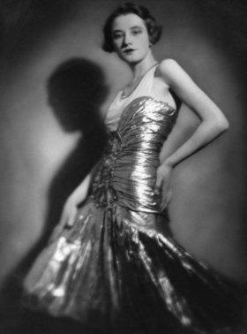 Porträt der Baronin Nadine Uexküll in einem eleganten Kleid