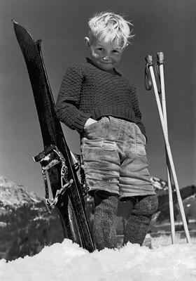 Kind mit Skiern