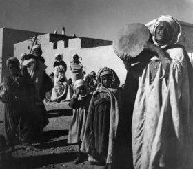 Tunesien: Der Maerchenerzaehler Abd el Kader mit Tamburin