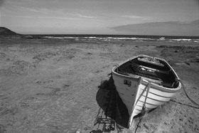 Uwe Suthmann: Boot am Strand in Schottland